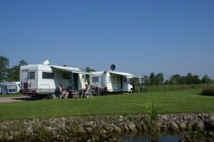Minicamping - Theeschenkerij Blauforlaet campers bij de vijver.